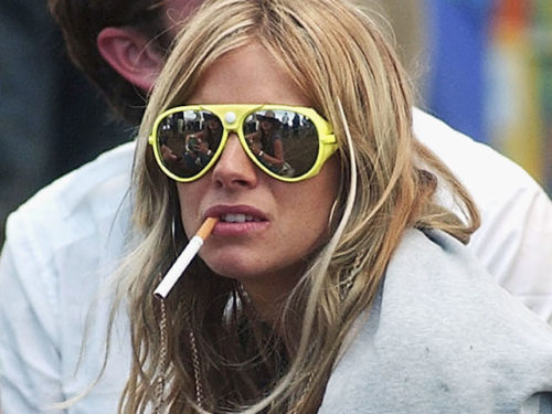Сиенна Миллер курит